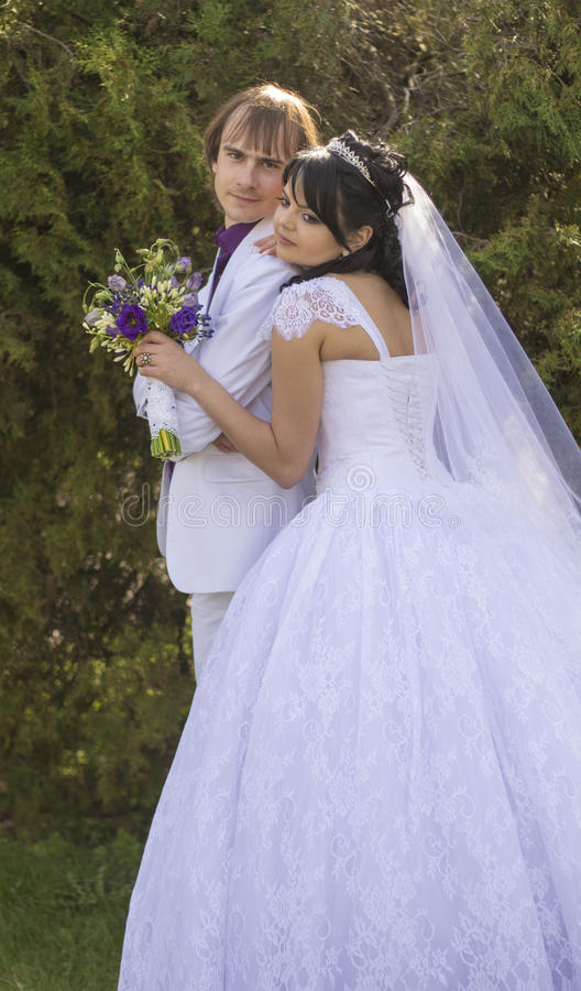 Jeunes jeunes mariés heureux leur jour du mariage photographie stock