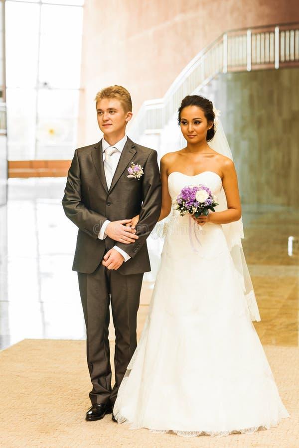Jeunes jeunes mariés heureux leur jour du mariage photo libre de droits