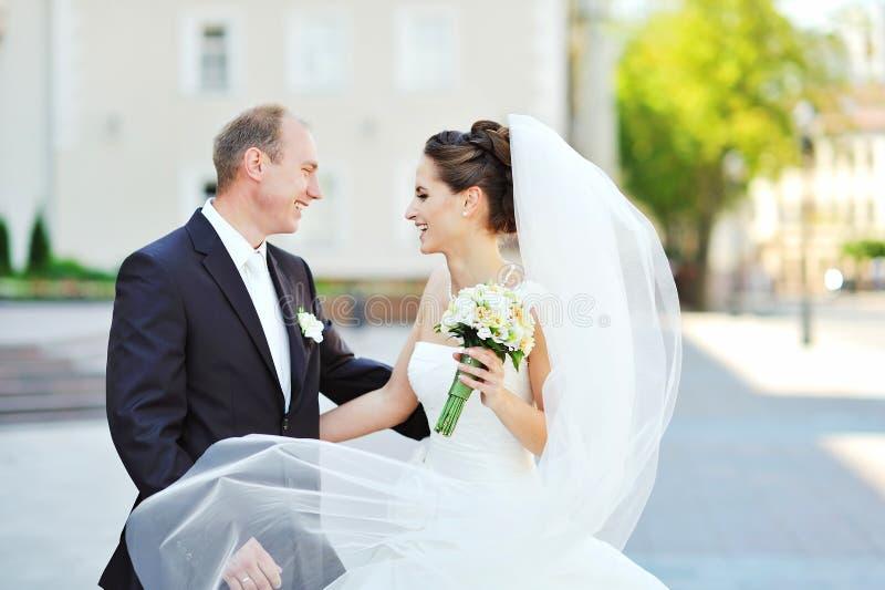 Jeunes jeunes mariés heureux profitant d'un agréable moment dans une vieille ville image libre de droits