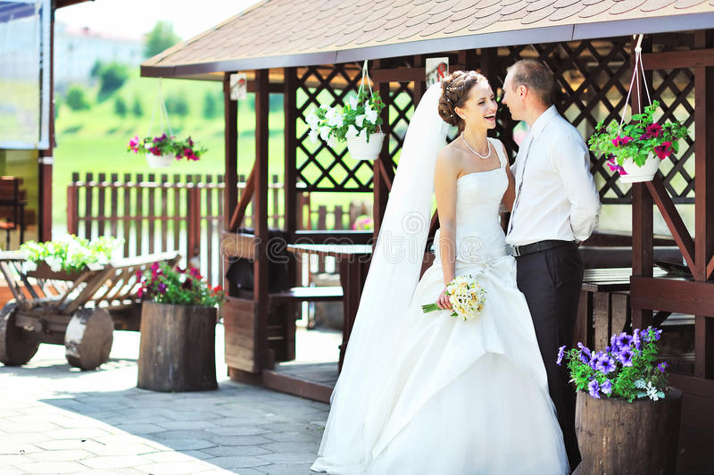 Jeunes jeunes mariés heureux profitant d'un agréable moment dans une vieille ville image stock