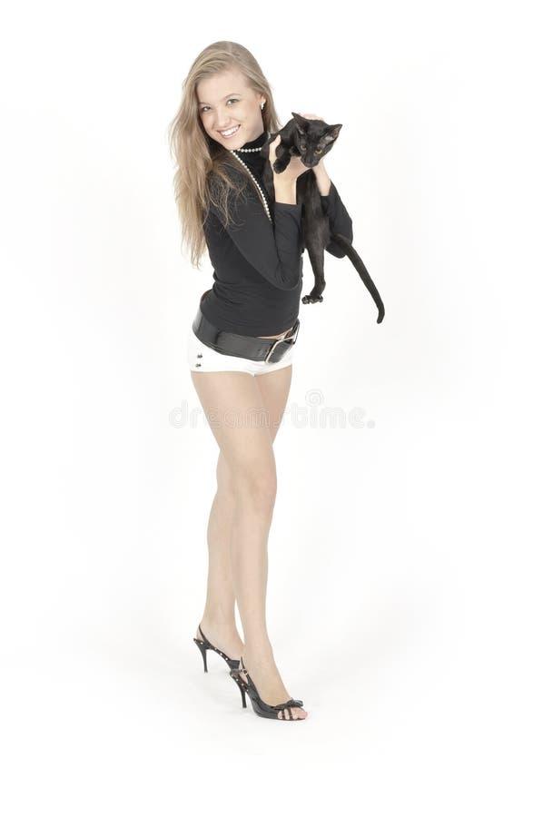 Jeunes jolis fille et chat image stock