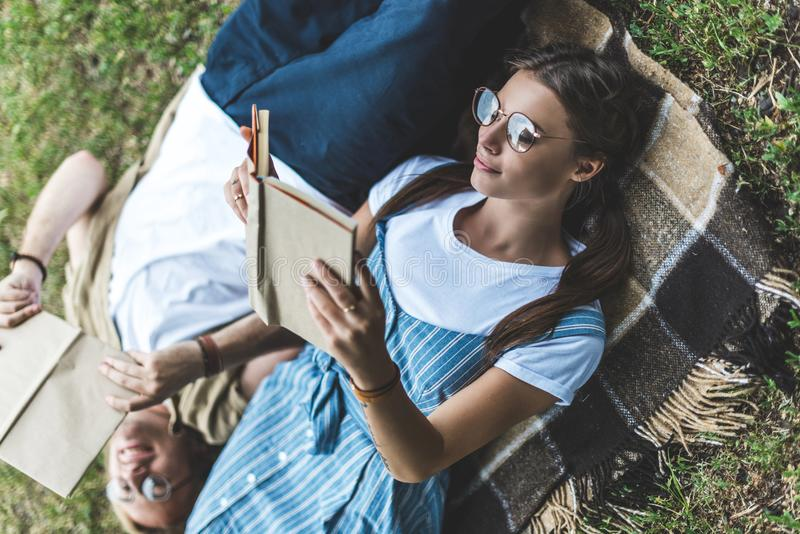 jeunes livres de lecture décontractés de couples image libre de droits