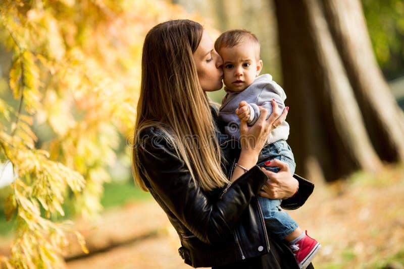 Jeunes mère et bébé garçon en parc d'automne photos libres de droits