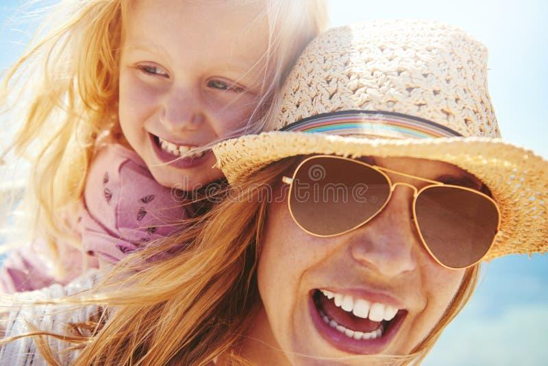 Jeunes mère et fille riantes dehors photographie stock