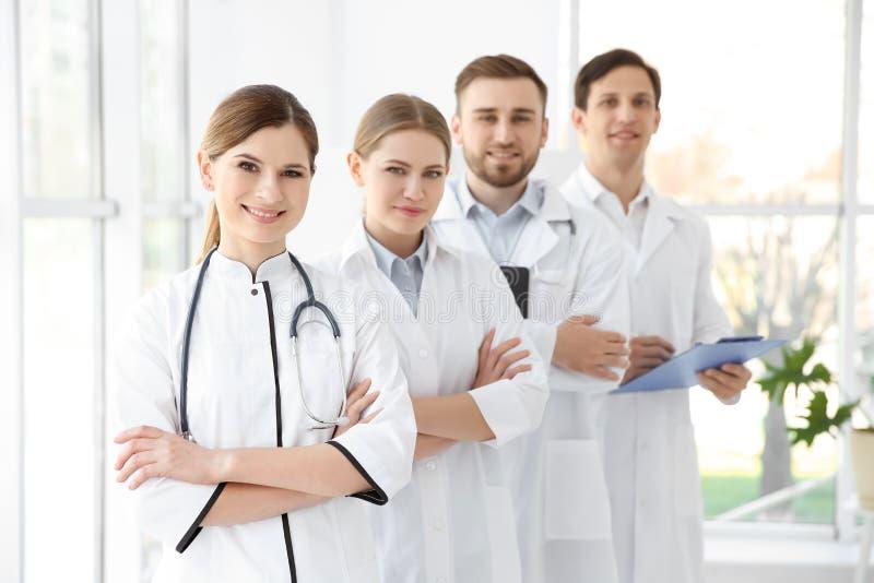 Jeunes médecins portant l'uniforme image libre de droits
