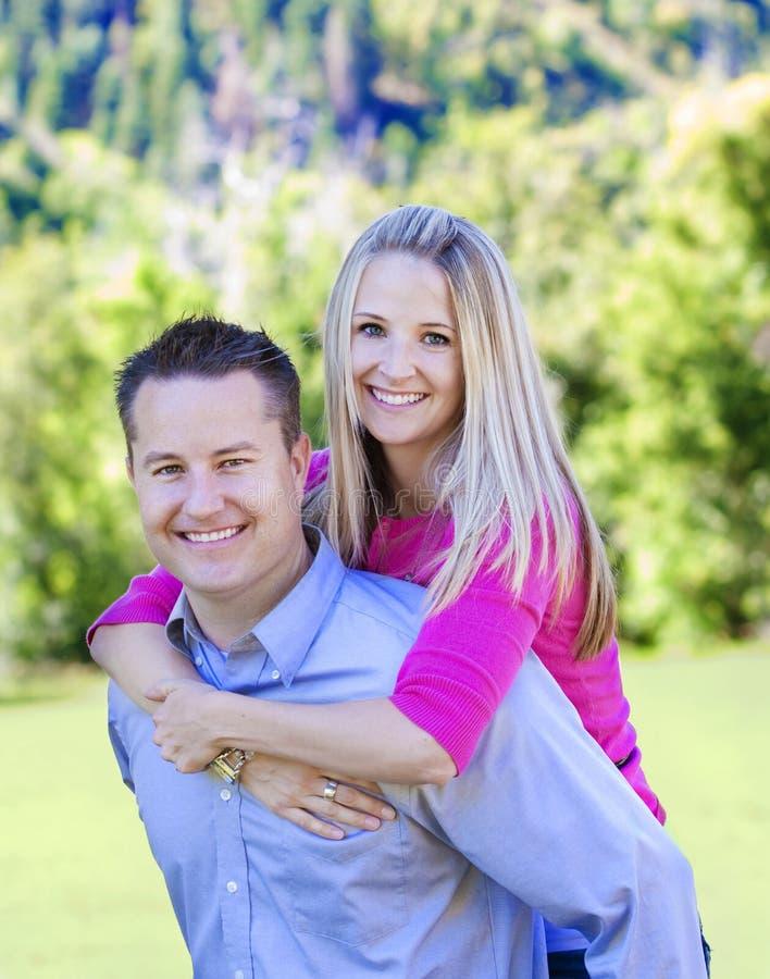 Jeunes ménages mariés attrayants photos stock
