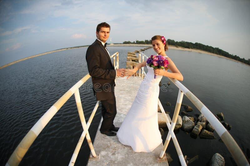 Jeunes ménages mariés et la vue de mer photos libres de droits