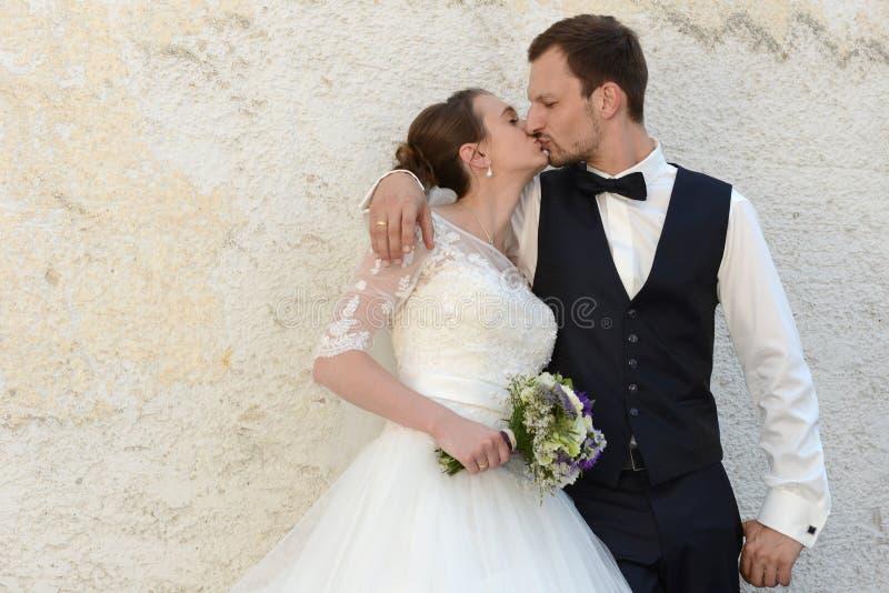 Jeunes ménages mariés frais heureux images stock