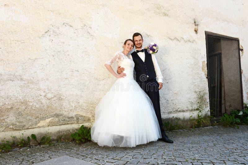 Jeunes ménages mariés frais heureux images libres de droits