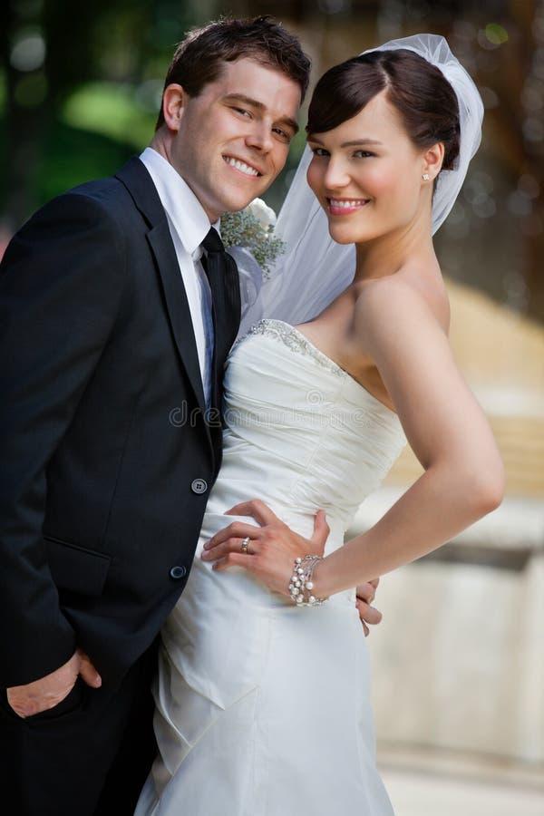 Jeunes ménages mariés mignons photographie stock