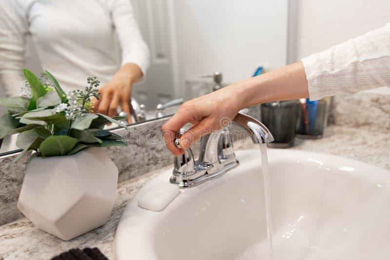 Jeunes mains femelles caucasiennes moussant le savon blanc de main de barre pour le lavage et l'hygiène personnelle, et puis rinc photos libres de droits