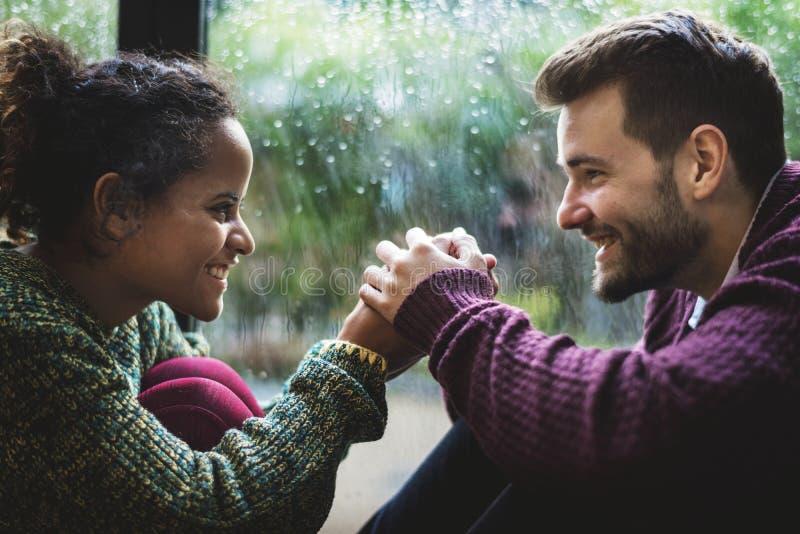 Jeunes mains heureuses de fixation de couples photographie stock