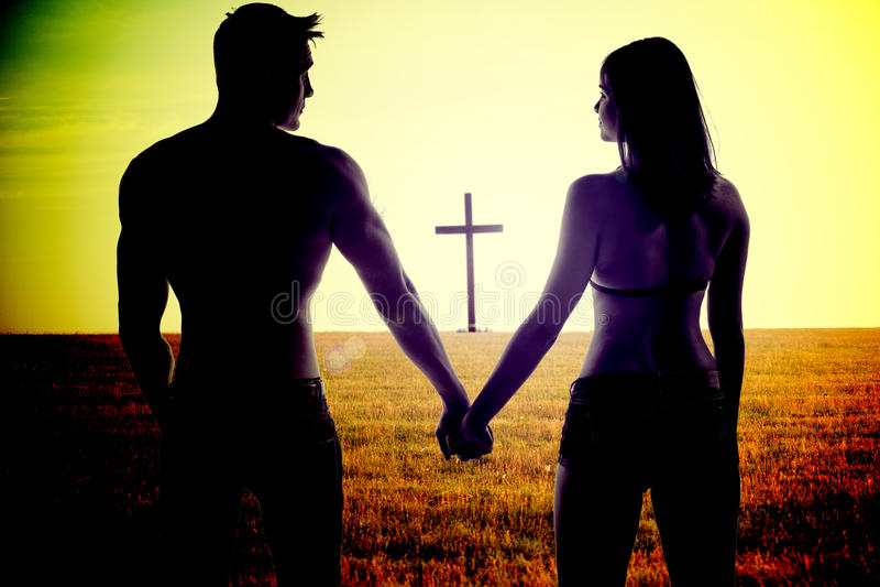 Jeunes mains romantiques de fixation de couples photo libre de droits