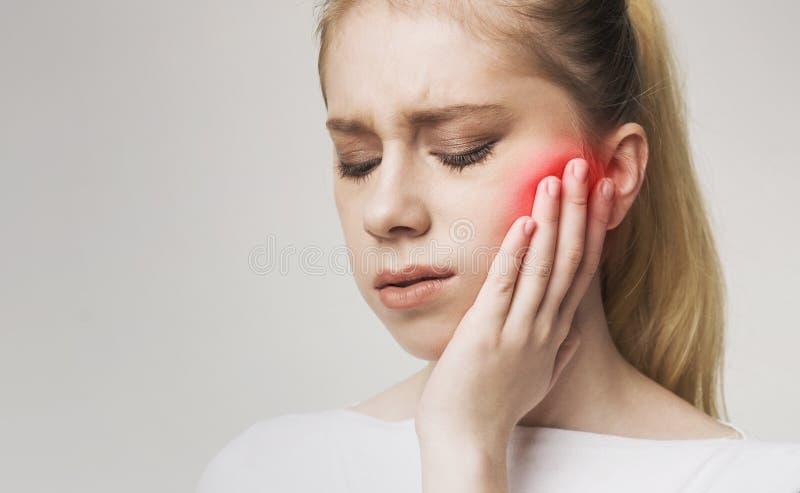 Jeunes mal de dents et douleur forts womanhaving de douleur images libres de droits