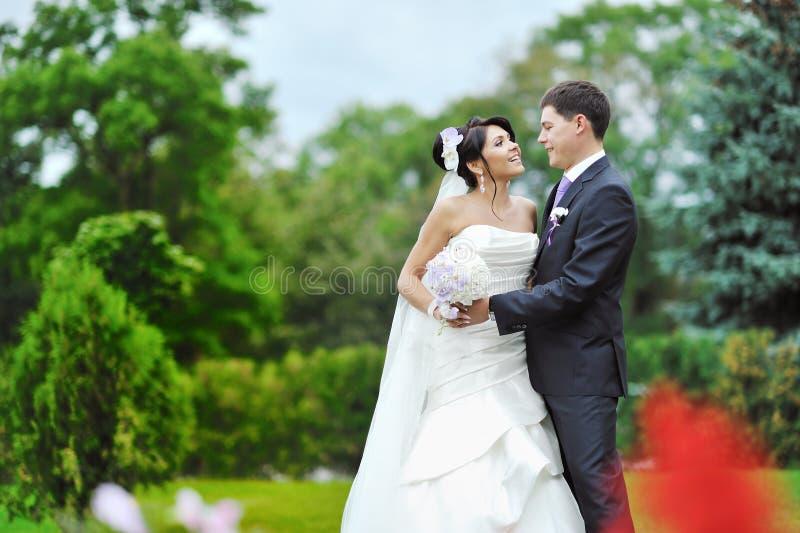 Jeunes mariée et marié heureux à leur jour du mariage image libre de droits
