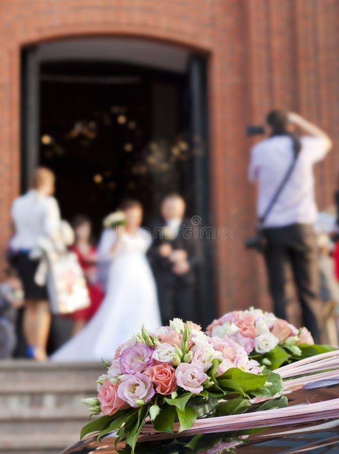 Jeunes mariés à l'église image libre de droits
