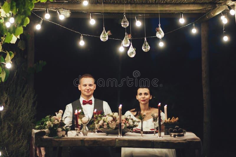 Jeunes mariés étreignant le chien de Labrador à la célébration de mariage images libres de droits