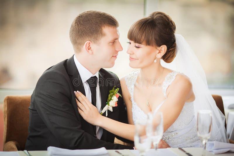 Jeunes mariés avec du charme sur leur célébration de mariage dans un luxur image stock