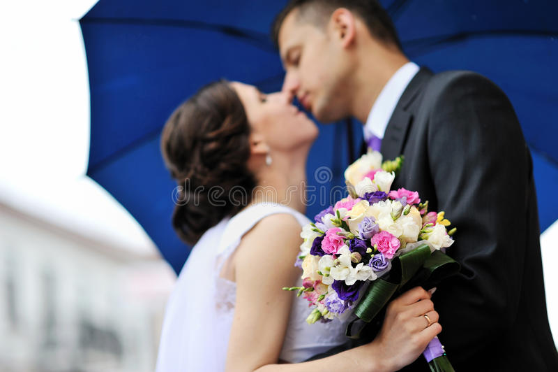 Jeunes mariés. Baisers des couples de mariage photos stock