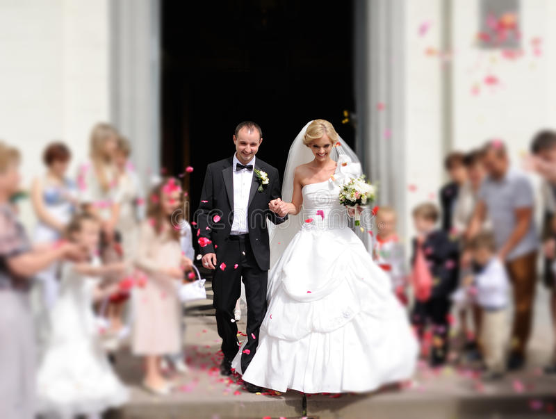 Jeunes mariés dans l'église image stock