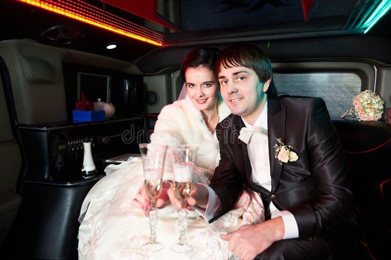 Jeunes mariés dans la limousine photo stock
