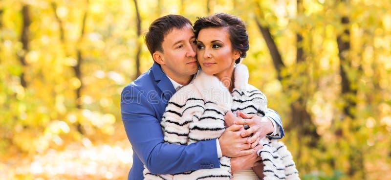 Jeunes mariés dans la vie amoureuse de parc d'automne image libre de droits