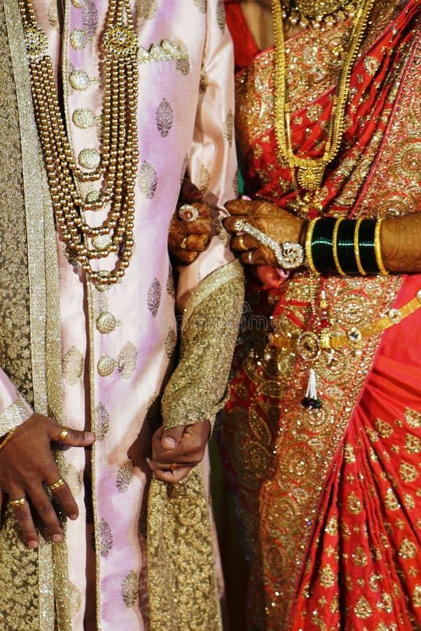 Jeunes mariés dans le vêtement traditionnel indien photo libre de droits