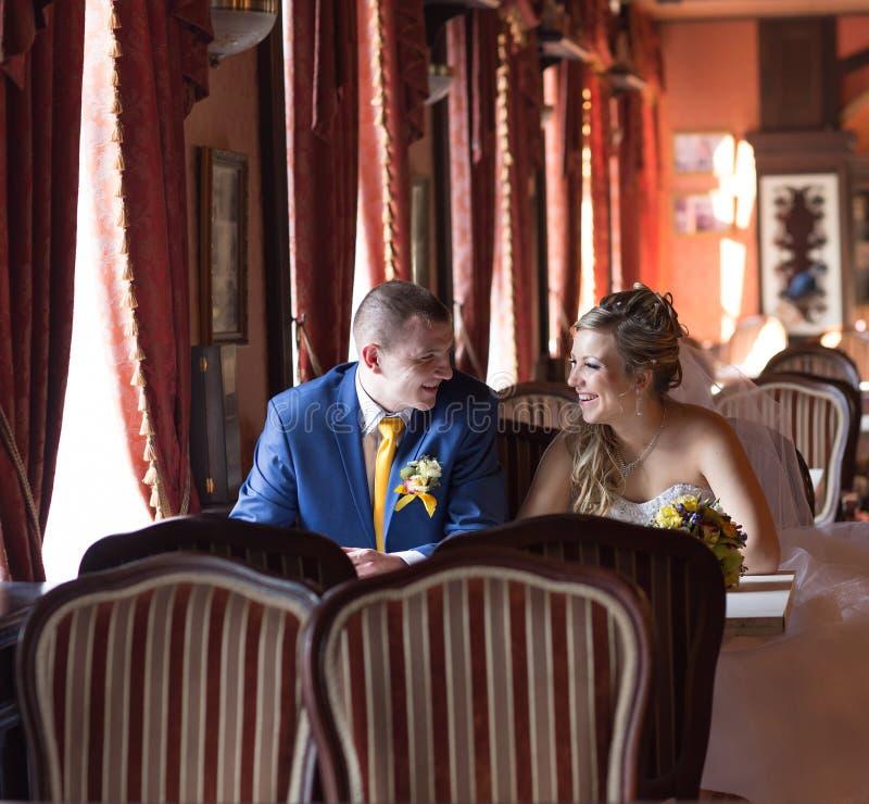 Download Jeunes Mariés Dans Un Restaurant Image stock - Image du marié, célébration: 77153295