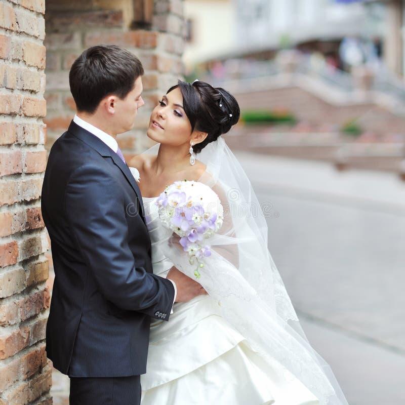 Jeunes mariés dans une vieille ville - couple de mariage photographie stock