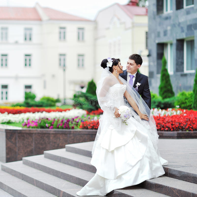 Jeunes mariés dans une vieille ville - couple de mariage images libres de droits