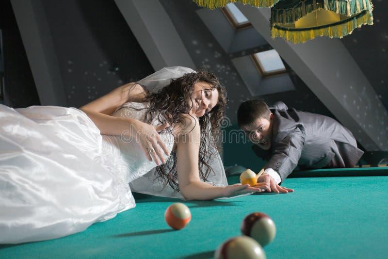 jeunes mariés de couples juste image libre de droits
