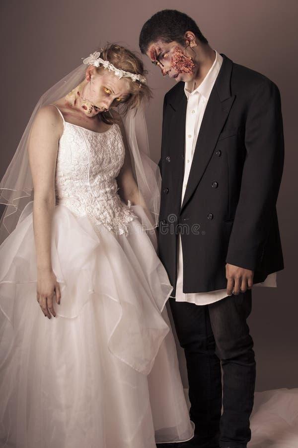 Jeunes mariés de zombi photos libres de droits