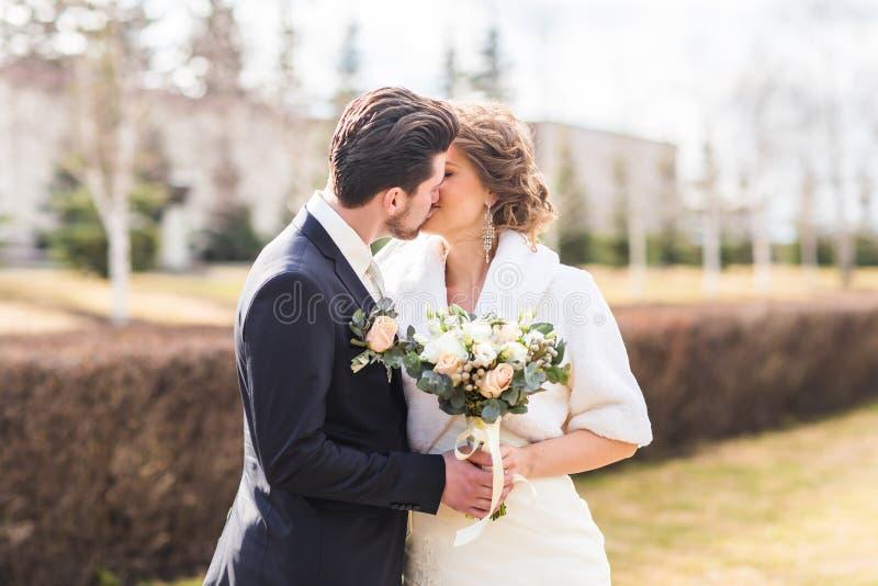 Download Jeunes Mariés Embrassant Leur Jour Du Mariage Dehors Image stock - Image du amour, mariage: 77160059