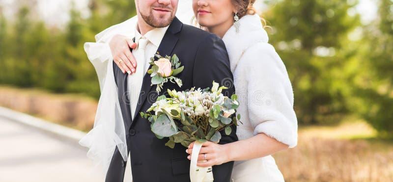 Download Jeunes Mariés Embrassant Sur Leur Plan Rapproché De Jour Du Mariage Image stock - Image du sensation, mariage: 77160183