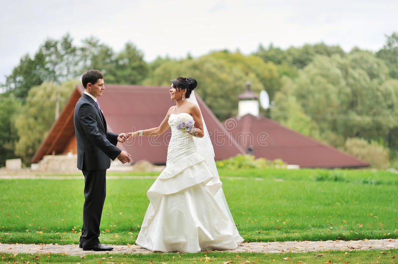 Jeunes mariés en parc - portrait extérieur photo stock