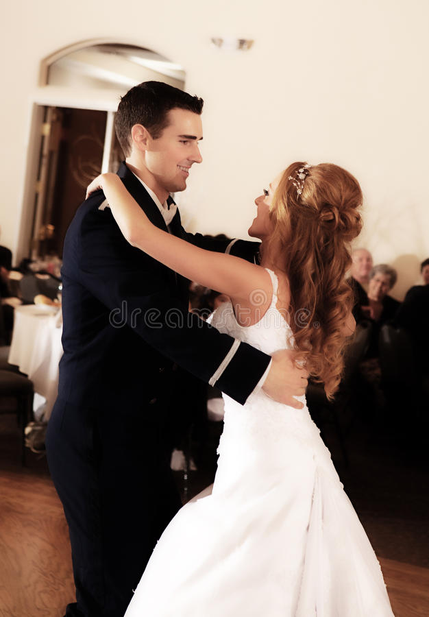 Jeunes mariés First Dance photo stock
