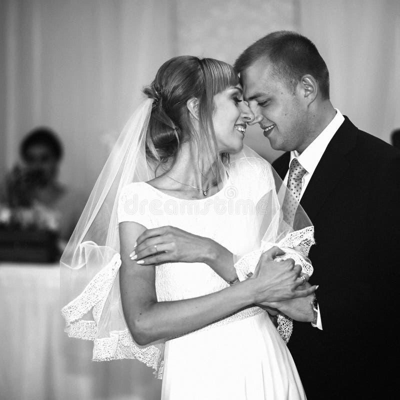 Jeunes mariés heureux élégants magnifiques exécutant leur emotiona image stock