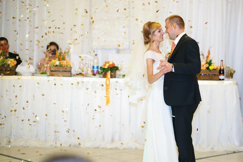 Jeunes mariés heureux élégants magnifiques exécutant leur emotiona photos libres de droits
