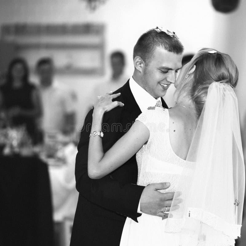 Jeunes mariés heureux élégants magnifiques exécutant leur emotiona photo stock