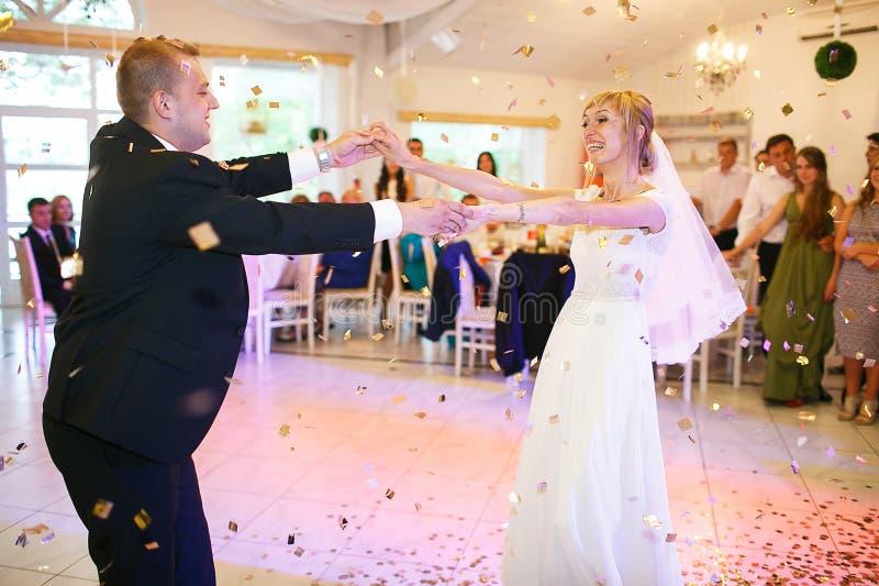 Jeunes mariés heureux élégants magnifiques exécutant leur emotiona photos stock