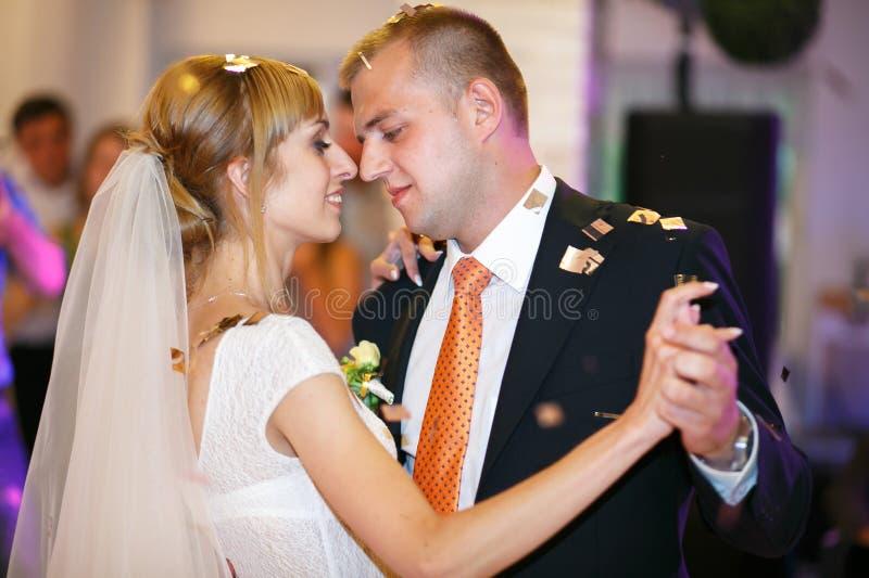 Jeunes mariés heureux élégants magnifiques exécutant leur emotiona images stock