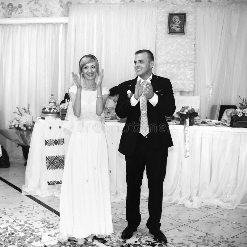 Jeunes mariés heureux élégants magnifiques exécutant leur emotiona images libres de droits