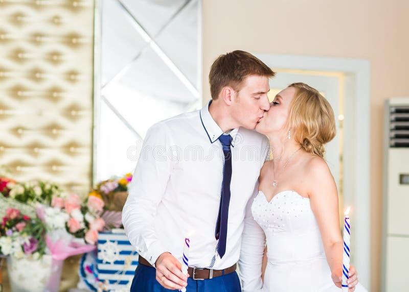 Jeunes mariés heureux magnifiques élégants embrassant à la réception de mariage, moment gai émotif photos libres de droits