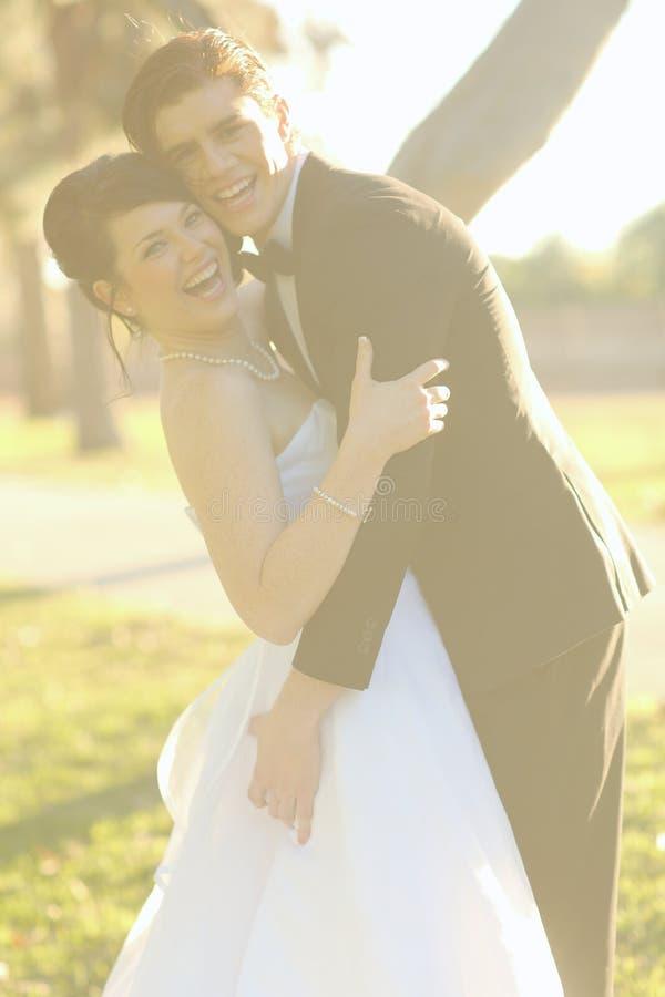 Jeunes mariés heureux Married Outdoors dans une forêt photos stock
