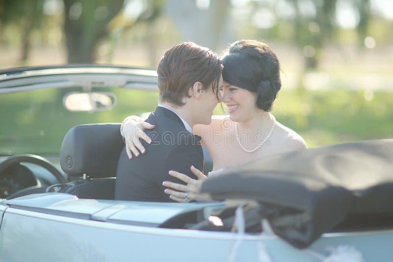 Jeunes mariés heureux Married Outdoors dans une forêt image libre de droits