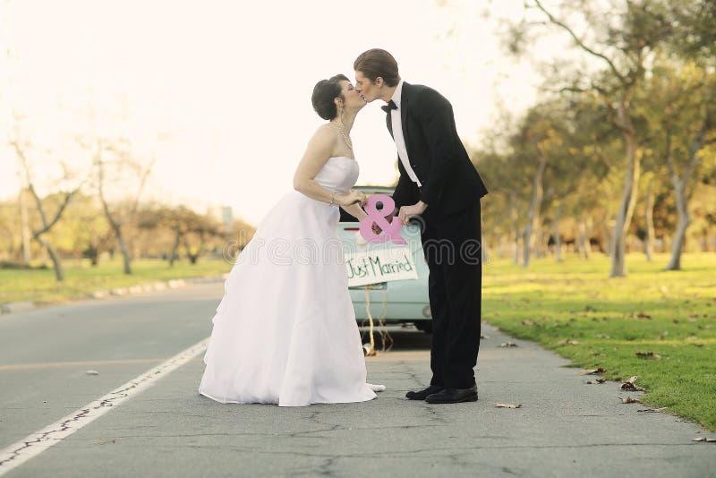 Jeunes mariés heureux Married Outdoors dans une forêt photographie stock libre de droits