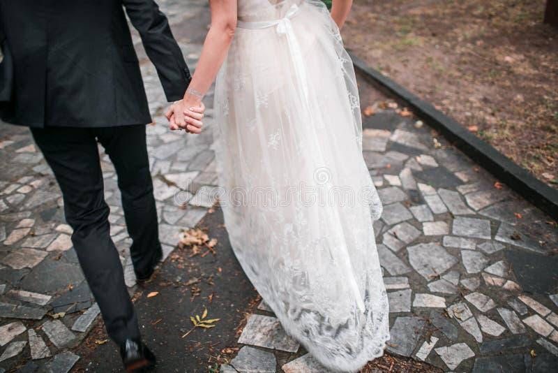 Jeunes mariés heureux sur un parc Route en pierre Automne photographie stock libre de droits