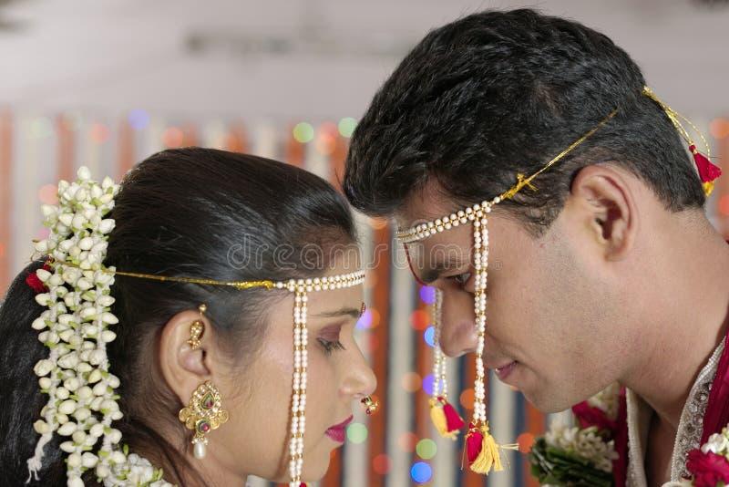 Jeunes mariés indous indiens regardant l'un l'autre dans le mariage de maharashtra. image libre de droits