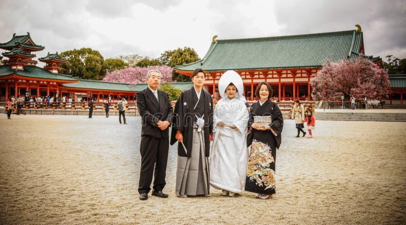 Jeunes mariés japonais au temple photographie stock libre de droits