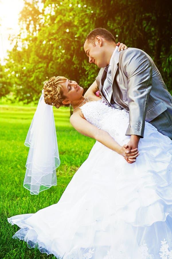 Jeunes mariés jouant dans le montant d'instagram de parc image stock